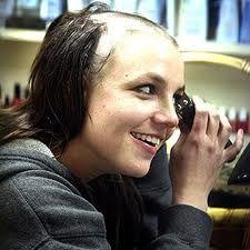 Britney Spears felizona raspando a própria cabeça! #aloka