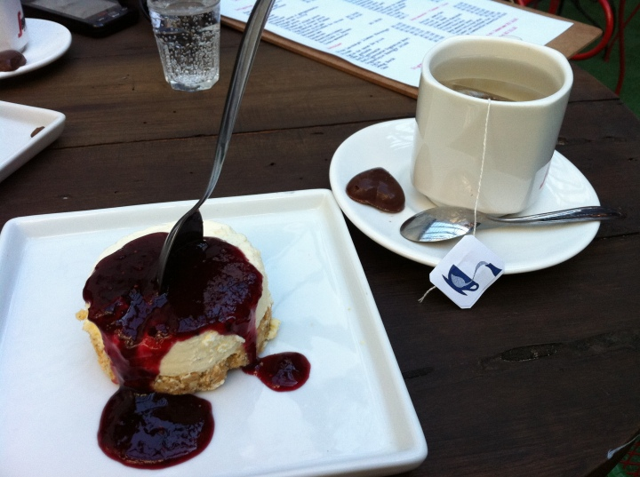 Cheesecake de amora e chá - e olha o chocolatinho que acompanha em formato de coração!