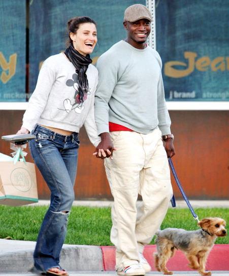 Casual, passeando com a esposa Idina.