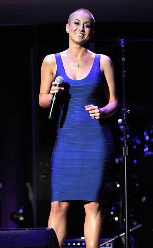 A cantora Kellie Pickler lindona exibindo a careca e as curvas!