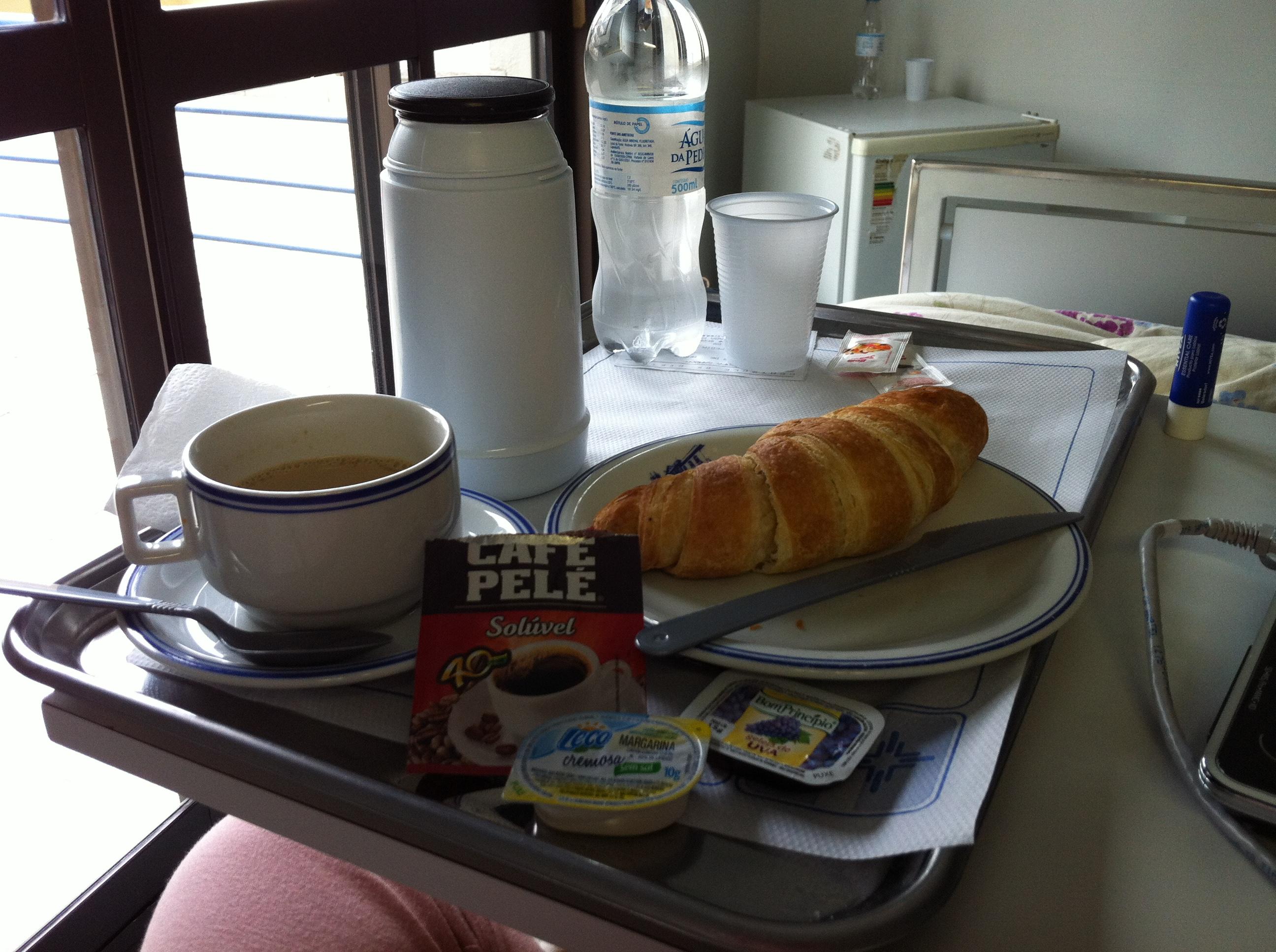 Leite com café instantâneo, croissant com margarina e geléia de uva. CROISSANT, GENTE!