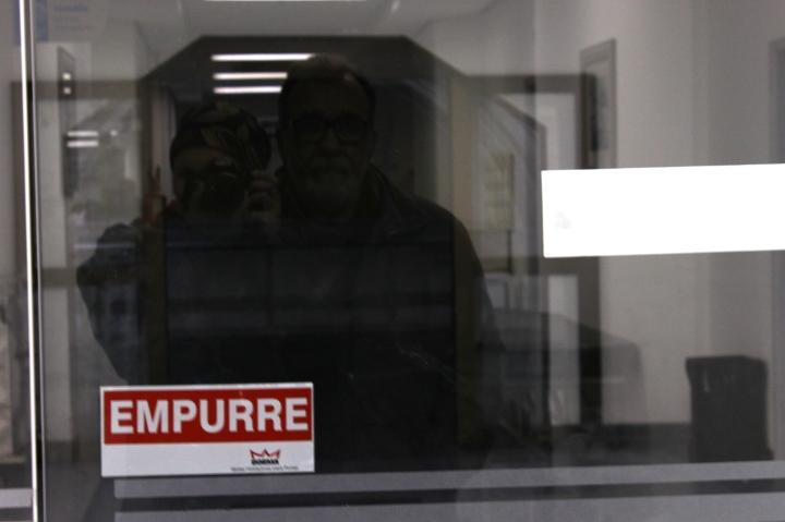 Pai e eu tirando foto no reflexo da porta de vidro - pra vocês verem o quão entediados nós estávamos!