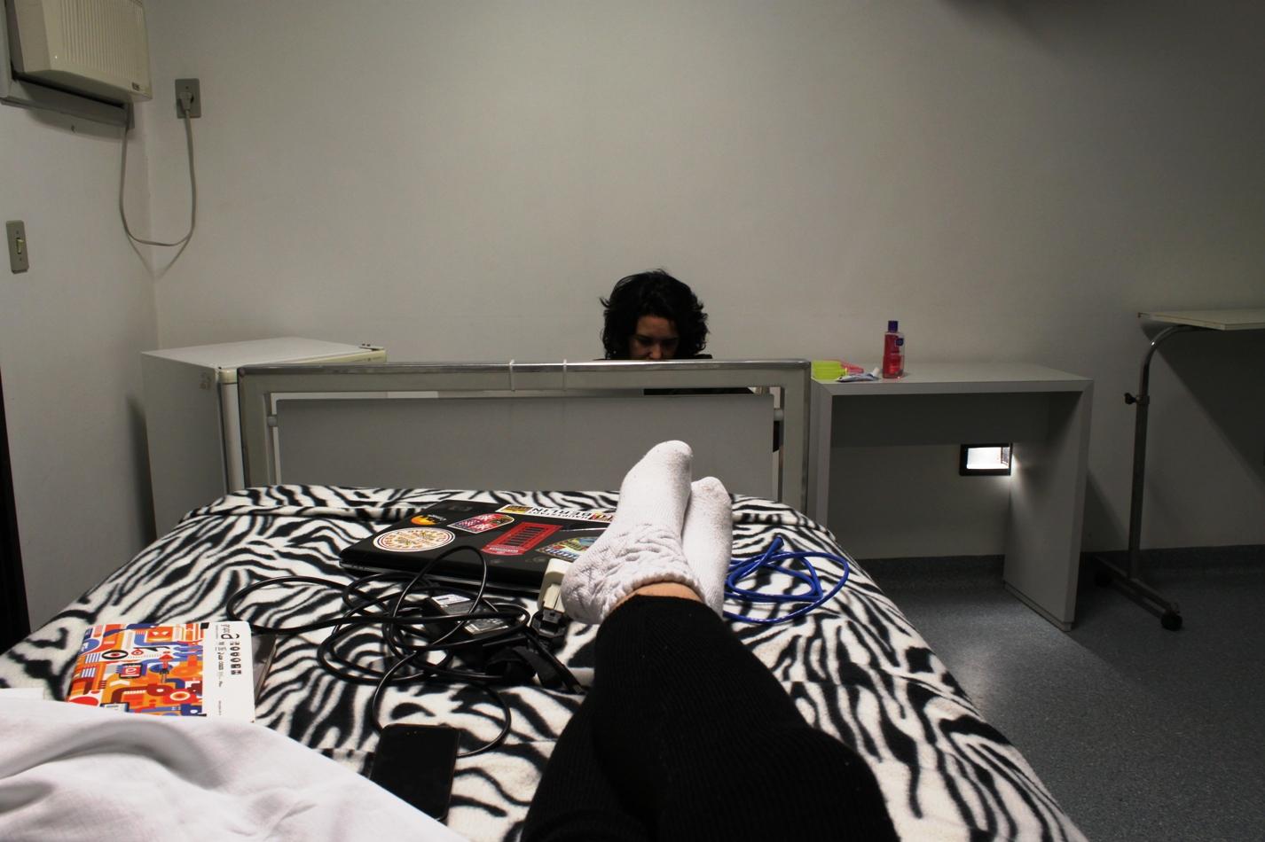 Finalmente instalada no quarto! Trouxe comigo uma colcha de zebrinha para me sentir em casa!