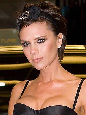 Victoria usando outra tiara escura - dessa vez com brilhos. Combinar a cor da tiara com o tom do cabelo ajuda a deixar o visual mais discreto - mas sem perder o charme!