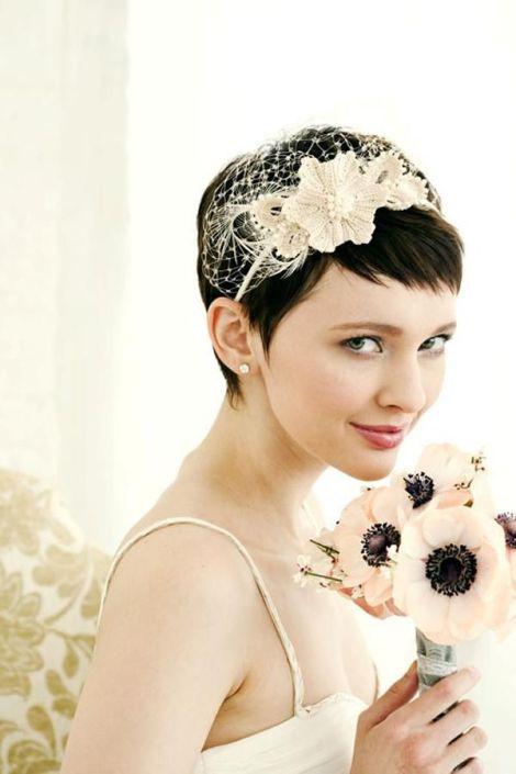 Para festas chiques, tiaras estilo fascinator ficam lindas! Uma boa ideia para as noivas de cabelo curto!