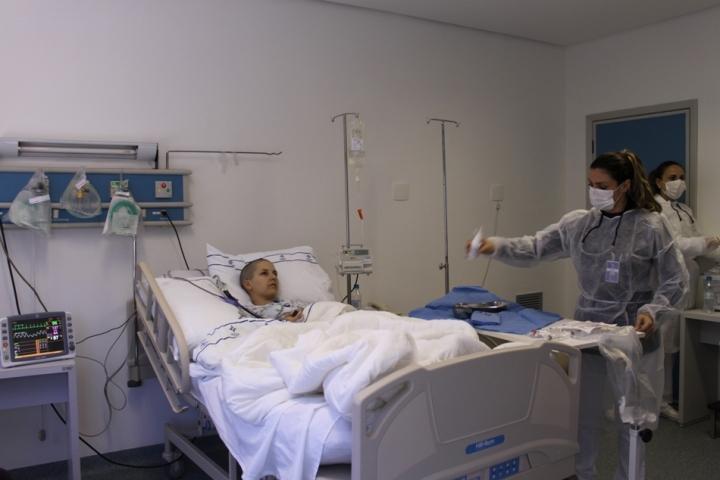Essa é a enfermeira Daiane, arrumando a mesa com tudo esterilizado.