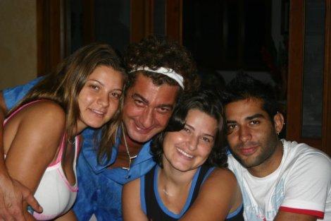 Aline com sua irmã Thaís, seu pai Elzio e seu irmão Bruno, em 2004 (um ano depois do diagnóstico)