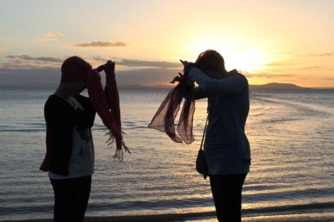Joy me ensinando a amarrar o turbante