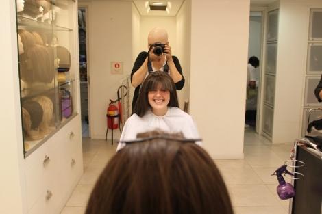 Para dar uma revitalizada na peruca, além de cortar as pontas a Joy também cortou uma franja!