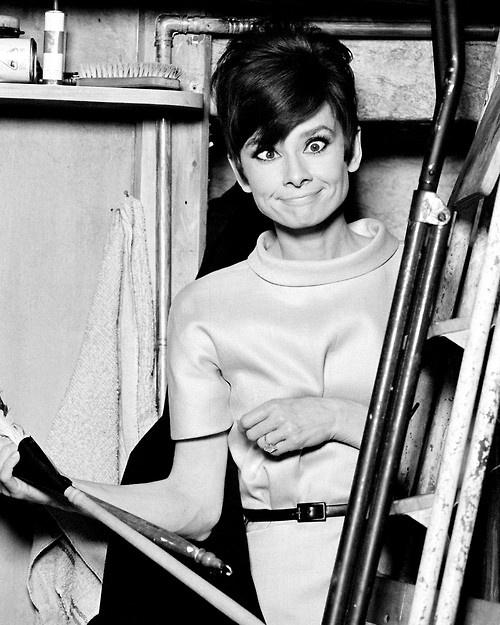 Audrey fazendo careta no set de filmagem