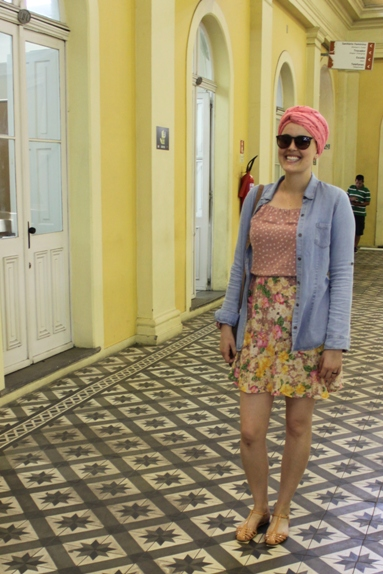 Para nosso passeio pelo Centro Histórico, Joy escolheu um vestido estampado lindo. Como tinha sol mas não estava calorão, Joy colocou uma camisa jeans por cima.
