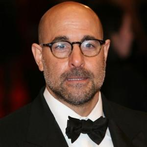 O ator Stanley Tucci é adepto aos óculos com armação arredondada. Apesar de o ator ter sobrancelhas, repare que a armação escura na linha das sobrancelhas ajuda a emoldurar o olhar.