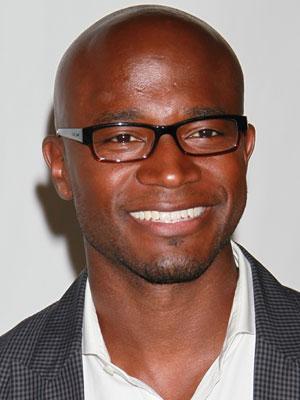 O ator Taye Diggs, que tem as sobrancelhas falhadas, também faz uso do acessório para incrementar o visual.