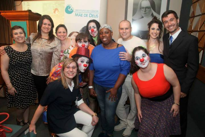 Com os pacientes e o pessoal do teatro do hospital