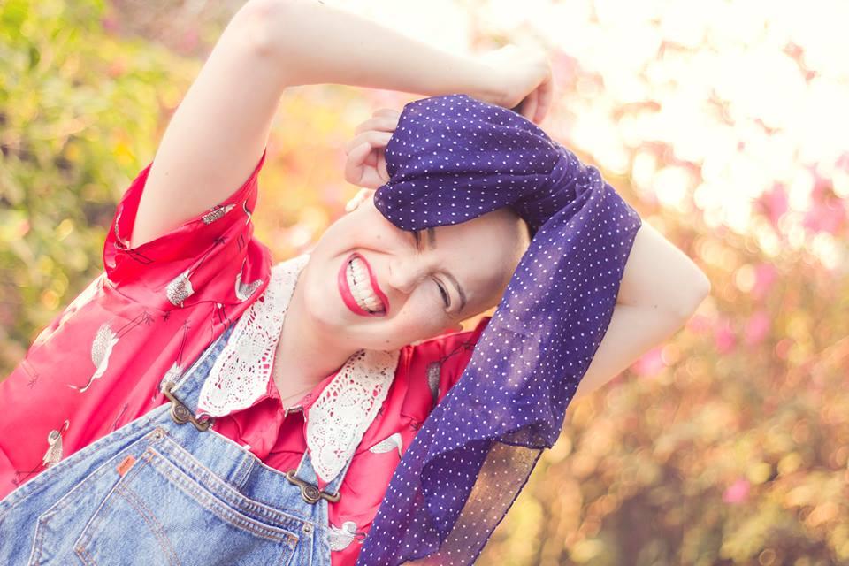 Você não tem cabelo, mas o que chama atenção é o tamanho do seu sorriso (e o batom vermelho haha)