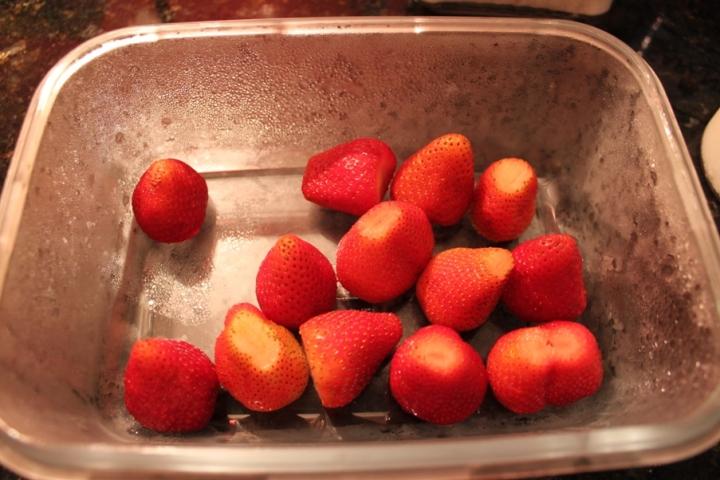 Moranguinhos lindos! Não esqueça de higienizar beeeeeem as frutas!