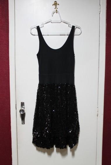"""Vestido lindão com paetês! Esse é um dos """"caros"""" da loja, custa R$150!"""