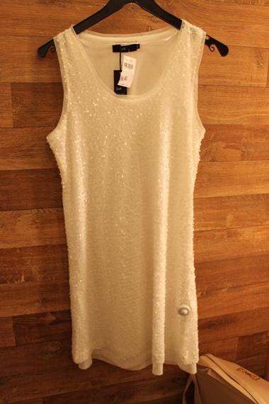 Exemplo que dá pra comprar: vestido Riachuelo com paetês brancos R$89,90