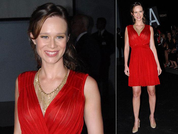 Um vestido vermelho fica elegantíssimo! Esse corte valoriza vários tipos de corpo: aumenta os seios, esconde o cateter e a barriguinha! Opções de lenço: estampados preto e branco - fuja dos dourados, prateados e verdes -cores que, combinadas com o vermelho, lembram o Natal!