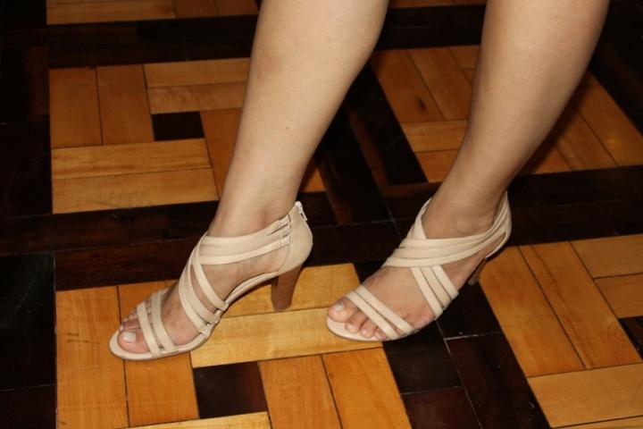 A sandália é da Arezzo, e comprei no Ki Brechó (avenida João Pessoa) por R$25! Um achado, né? Esse saltinho é super confortável, já usei várias vezes!
