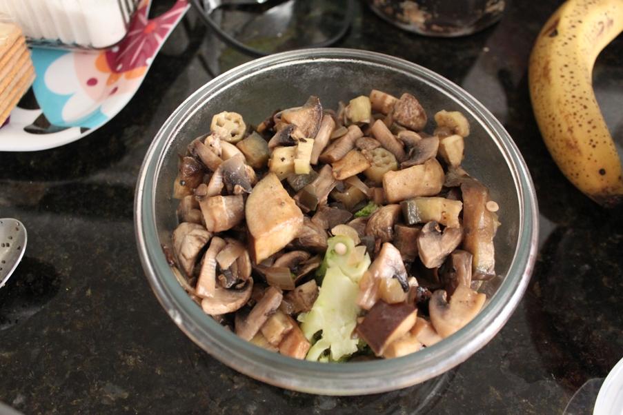Eu já tinha fritado os cogumelos, a berinjela, o quiabo e o brócolis previamente - essa foto é só pra mostrar a cor que eles ficam quando cozidos.